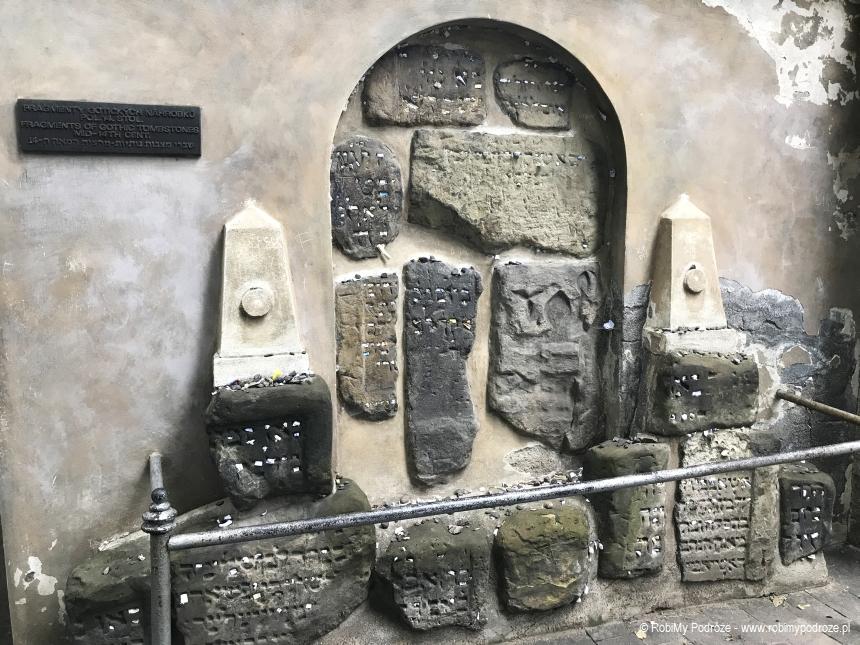 ściana modlitw na cmentarzu żydowskim w Pradze