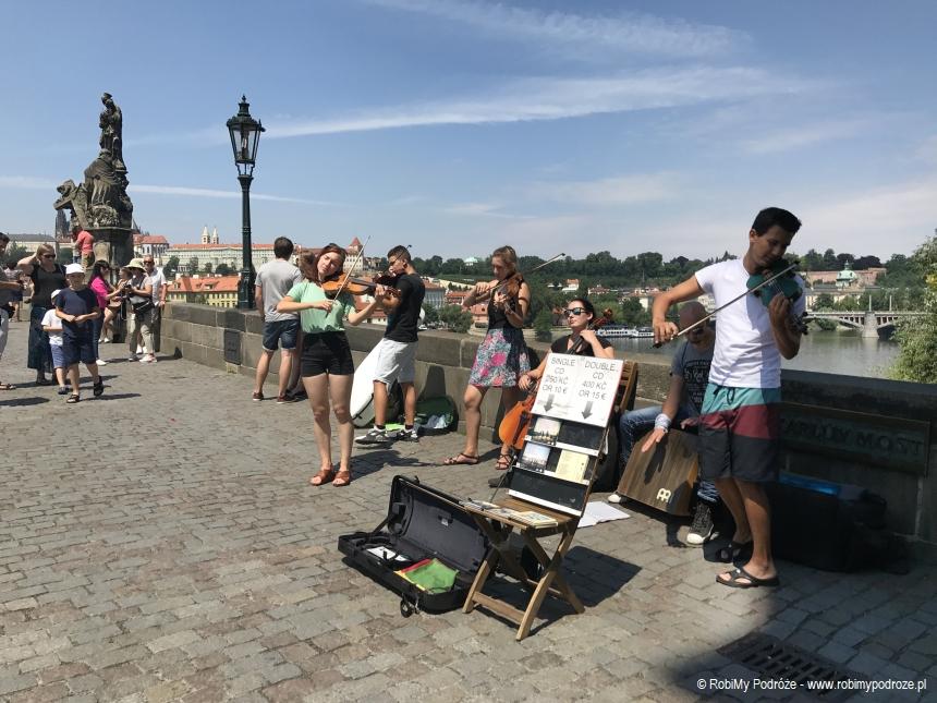 uliczni muzycy na Moście Karola