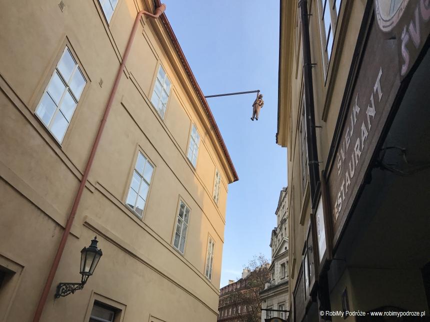 wiszący człowiek w Pradze