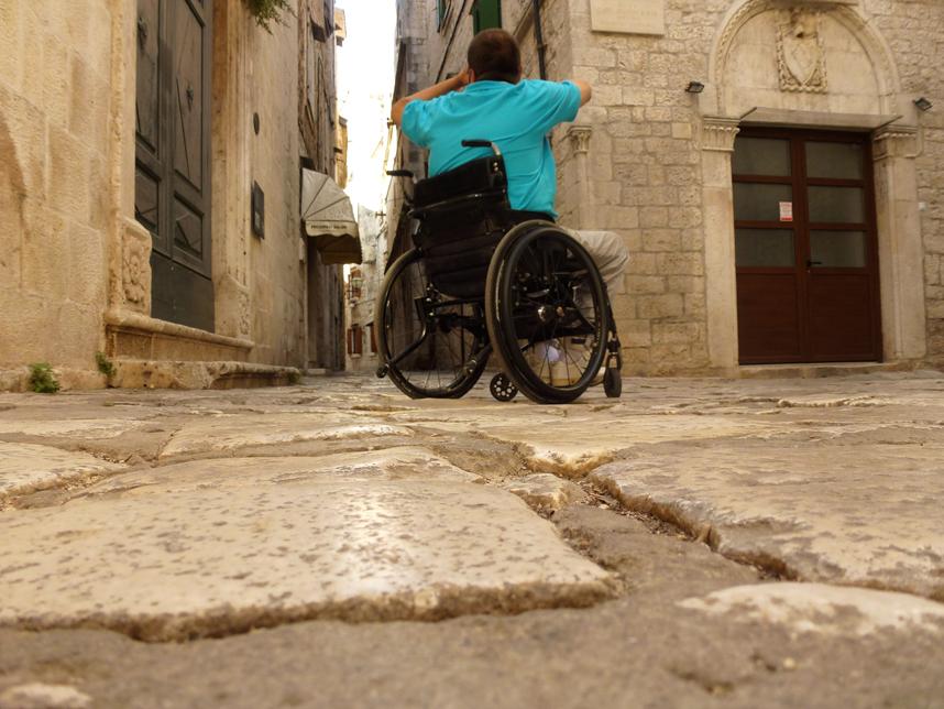 trogirska uliczka niepełnosprawny - Chorwacja atrakcje dla niepełnosprawnych