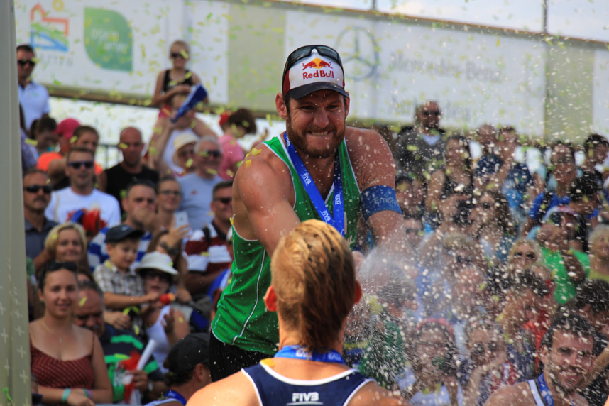 Alison podium szampan