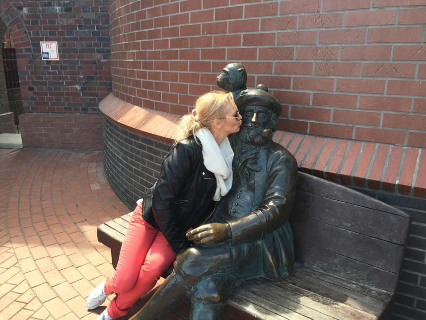 Goha całuje posąg