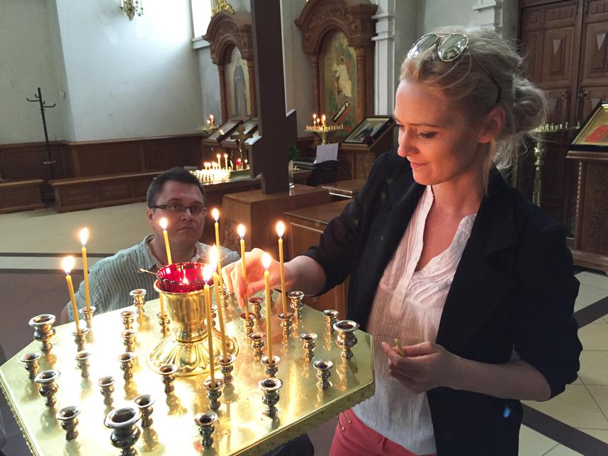 Goha zapala świeczkę w Cerkwi