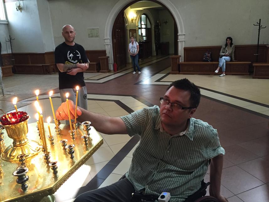 Kamil zapala świeczkę w Cerkwi