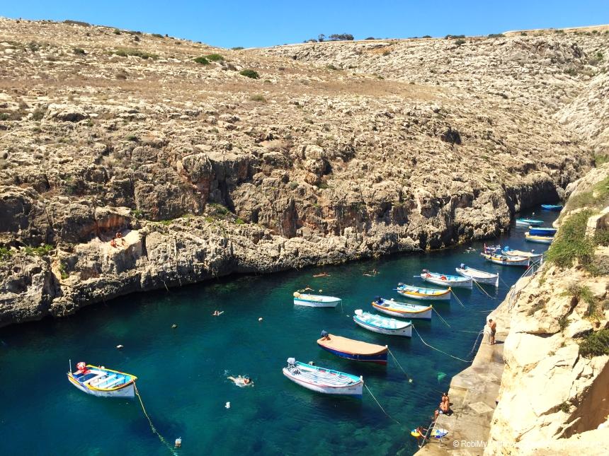 łódki wprzystani obok Blue Grotto