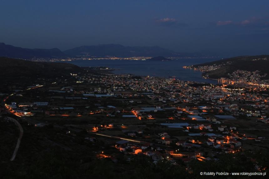 miejsce wChorwacji byzobaczyć nocną panoramę Środkowej Dalmacji