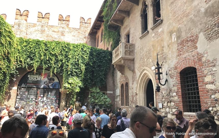 dom Julii tłum