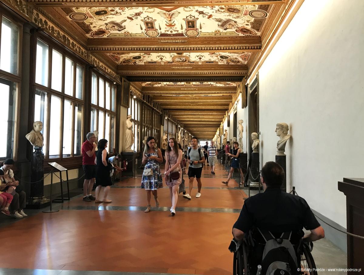 wnętrze Galerii Uffizi we Florencji