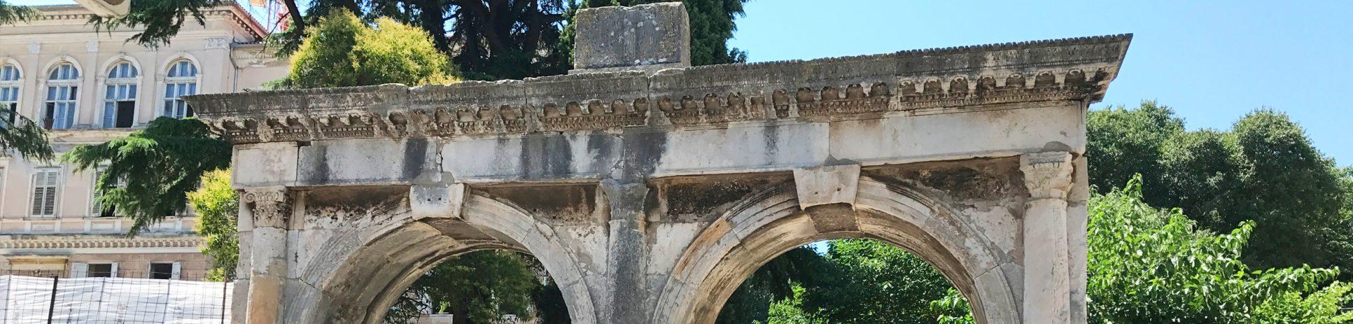 brama podwójna w Puli