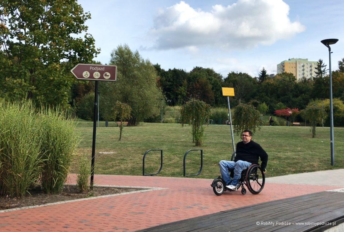 Park Centralny w Olsztynie oznakowanie dla niepełnosprawnych