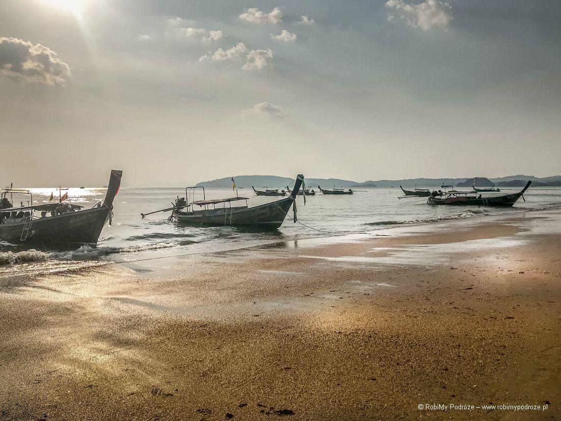 wycieczka nawyspy wTajlandii tradycyjną łodzią