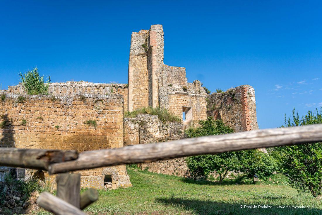 Ruiny fortecy La Rocca - tufowe miasta wToskanii