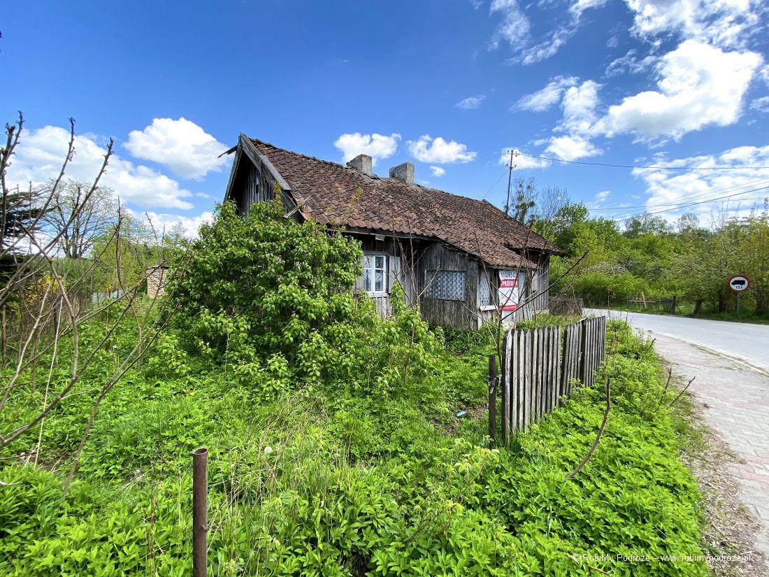 niszczejące drewniane chaty