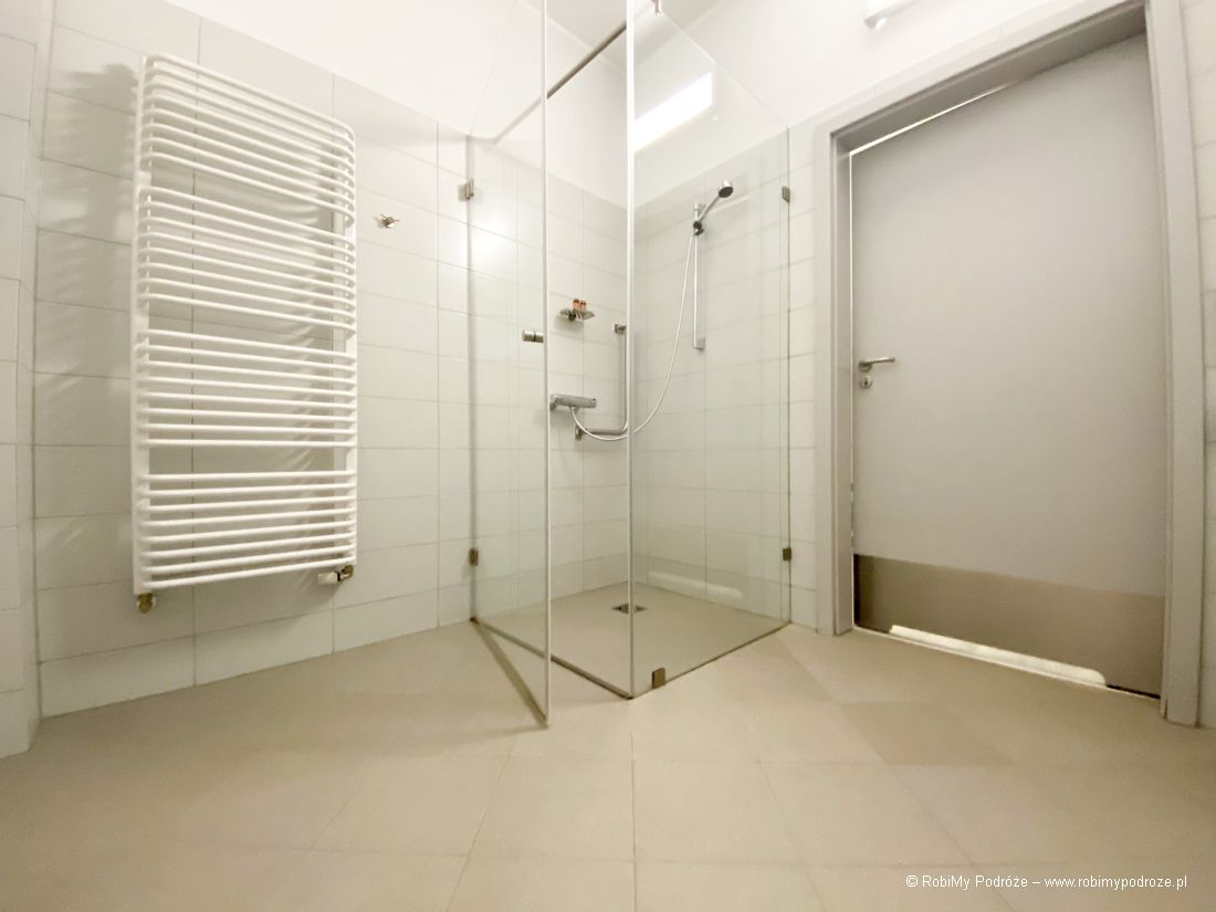 prysznic wpokoju dla niepełnosprawnych