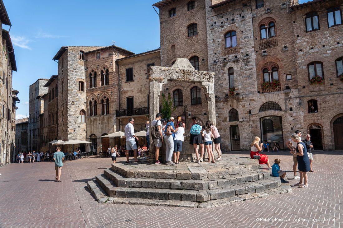 Piazza della Cisterna wSan Gimignano