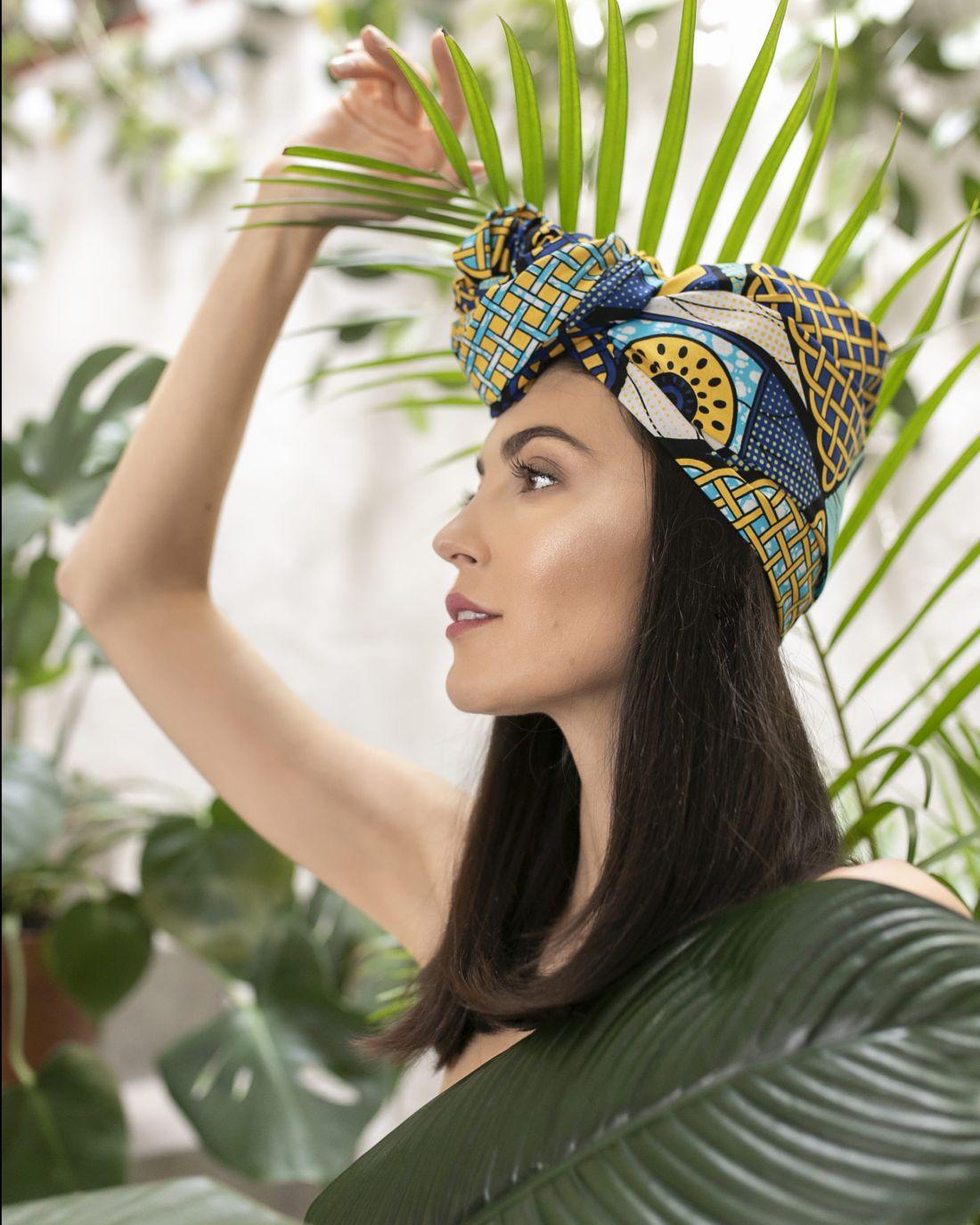 Afrykańskie turbany, ubrania ibiżuteria – Szpilki wplecaku