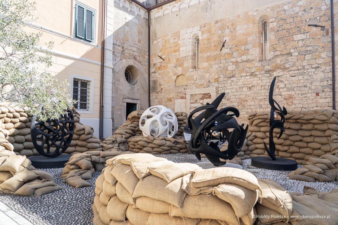 wystawa wcieniu dzwonnicy - Atrakcje Pietrasanty wjeden dzień