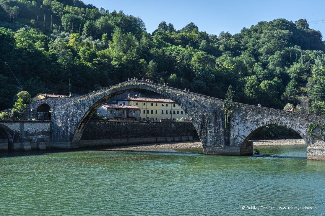 asymetria Ponte del Diavolo wToskanii