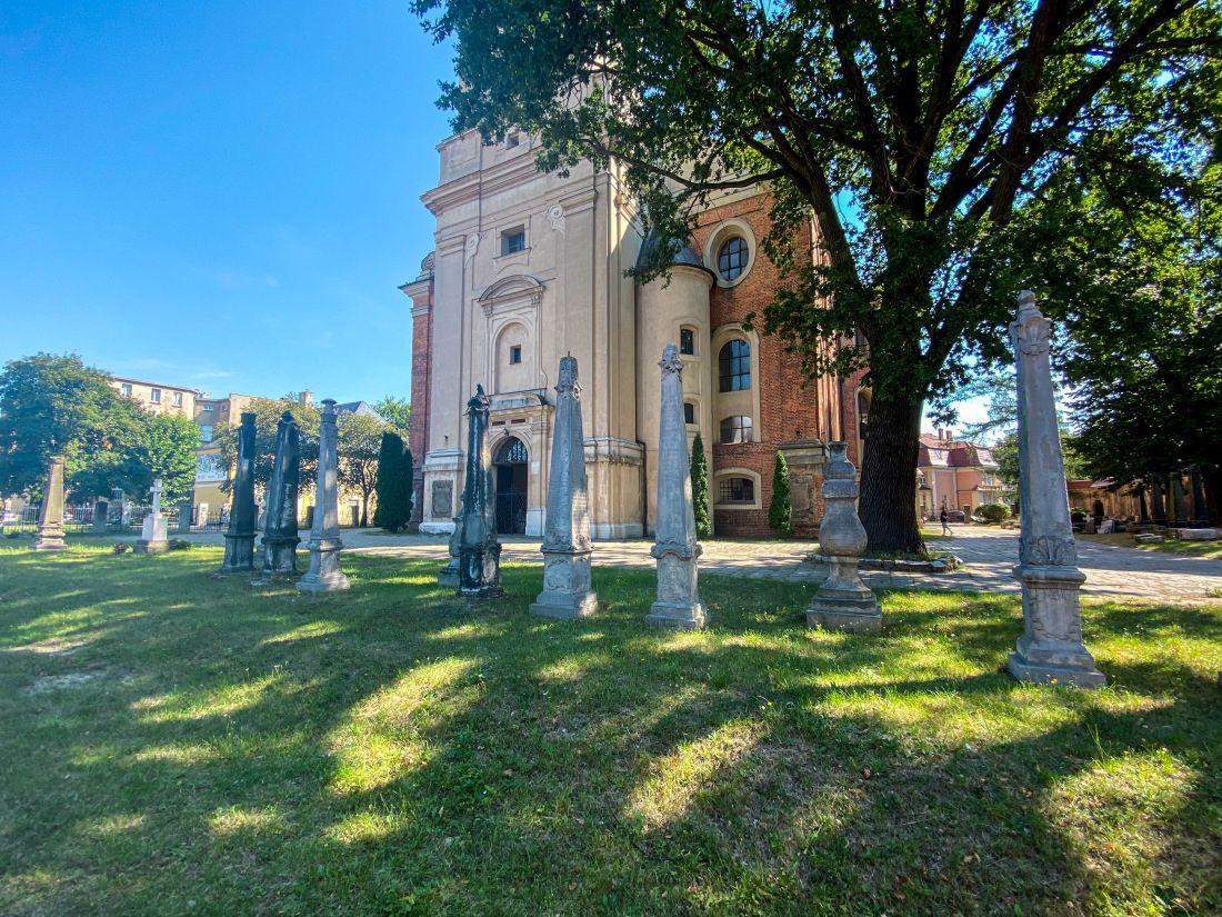 obeliski przedkościołem św.Krzyża wLesznie