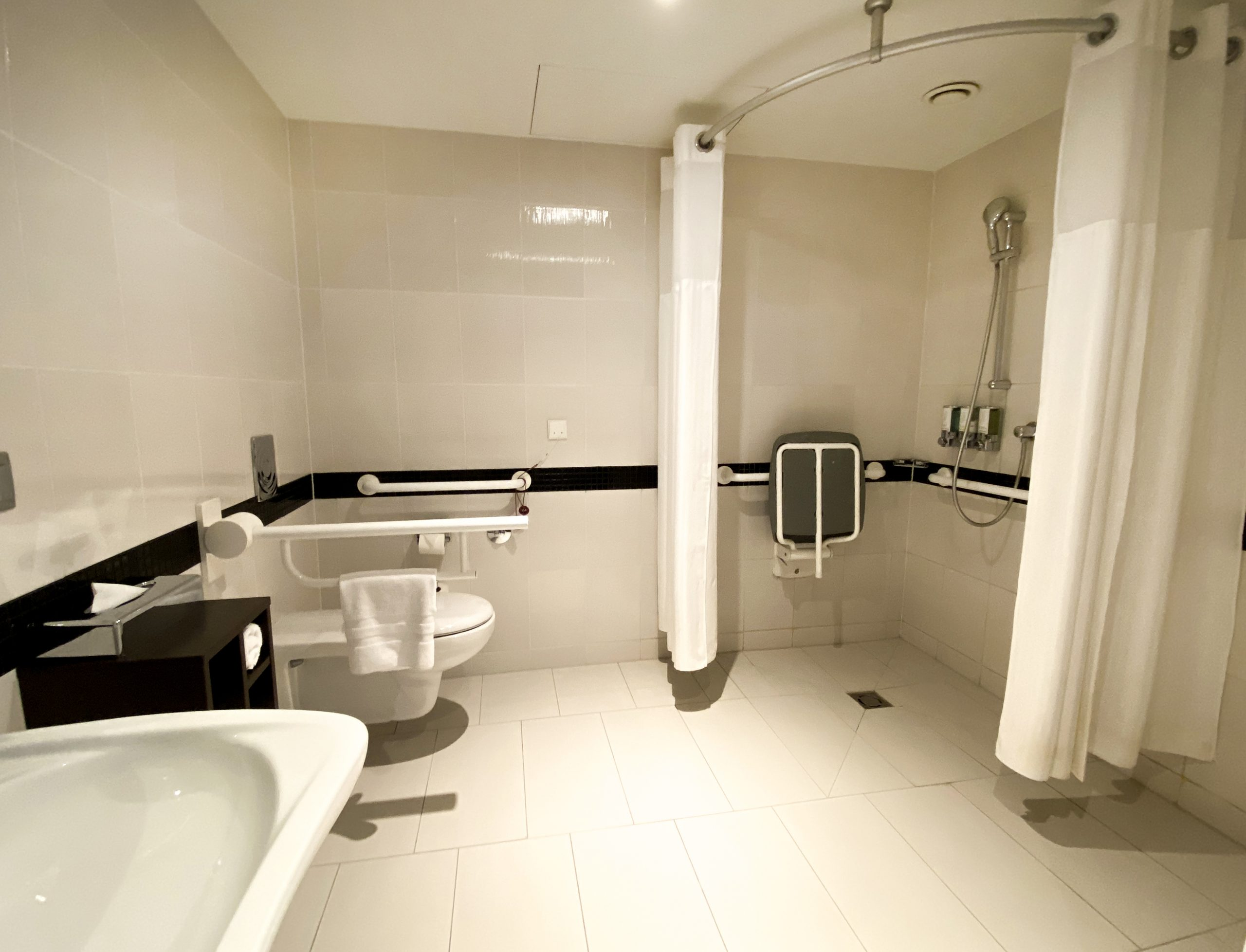 łazienka dla niepełnosprawnyc wHampton byHilton Warsaw City Centre