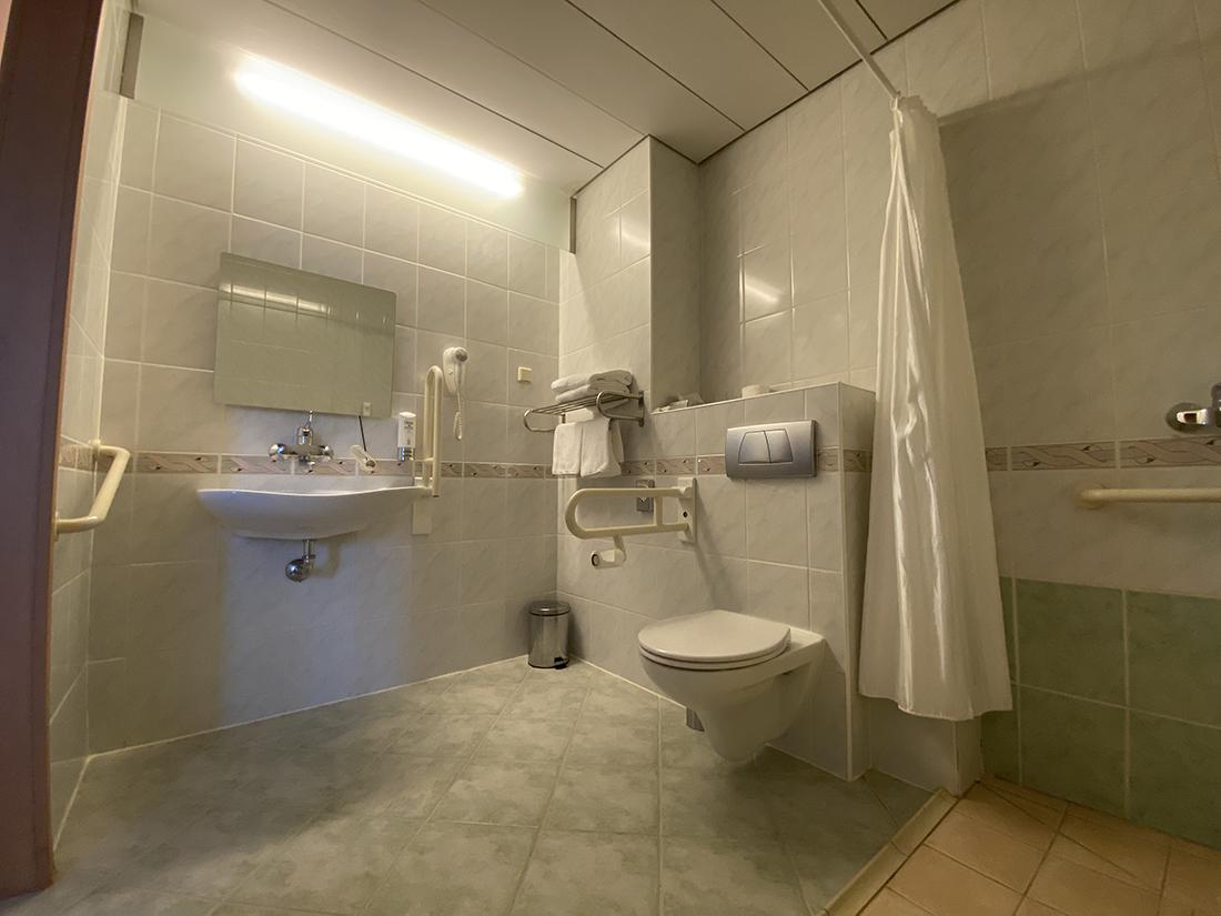 łazienka wpokoju dla niepełnosprawnych