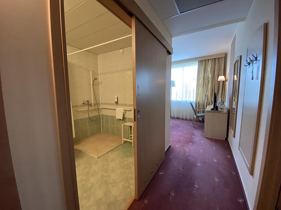 pokój dla niepełnosprawnych - korytarz